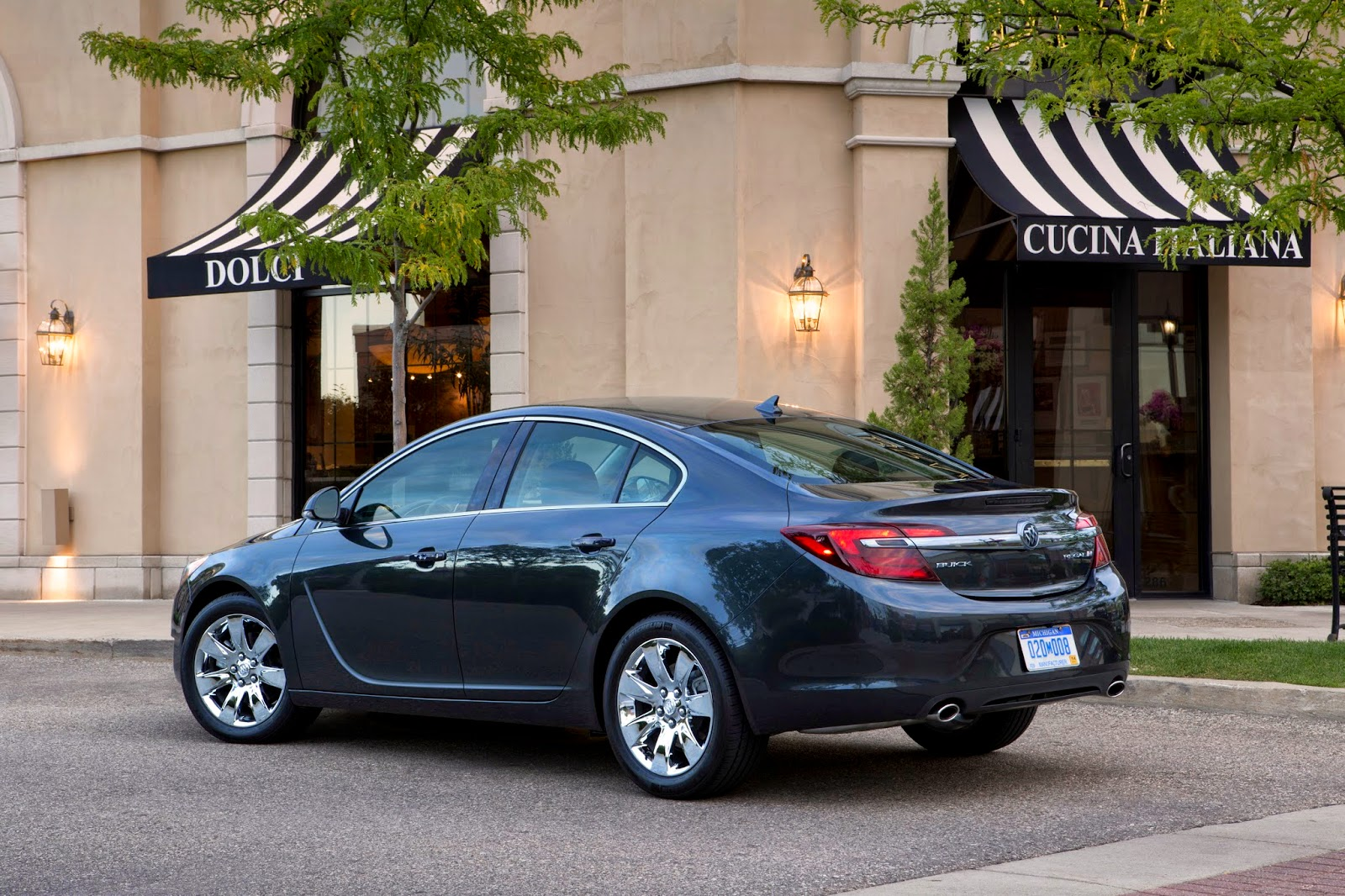 Rear 3/4 view of 2015 Buick Regal