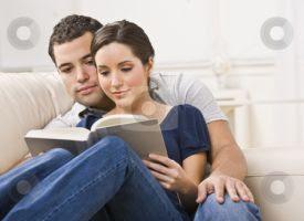 casal lendo livro