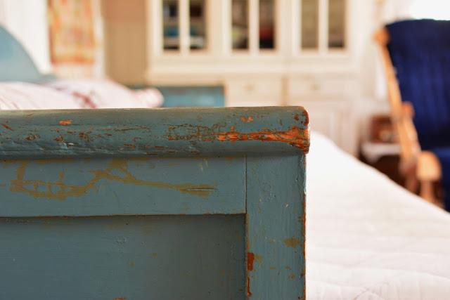 Muonamiehen mökki - Vanha sivustavedettävä puusohva