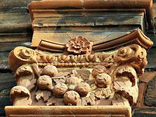 Flores são observadas em um detalhe do acabamento das colunas externas da Igreja de São Miguel Arcanjo.