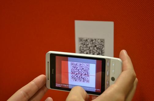 Un móvil captura un código QR