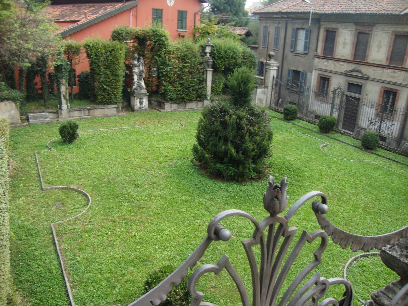 Un piccolo giardino in citt il sorprendente e bizzarro for Piscina in un giardino piccolo
