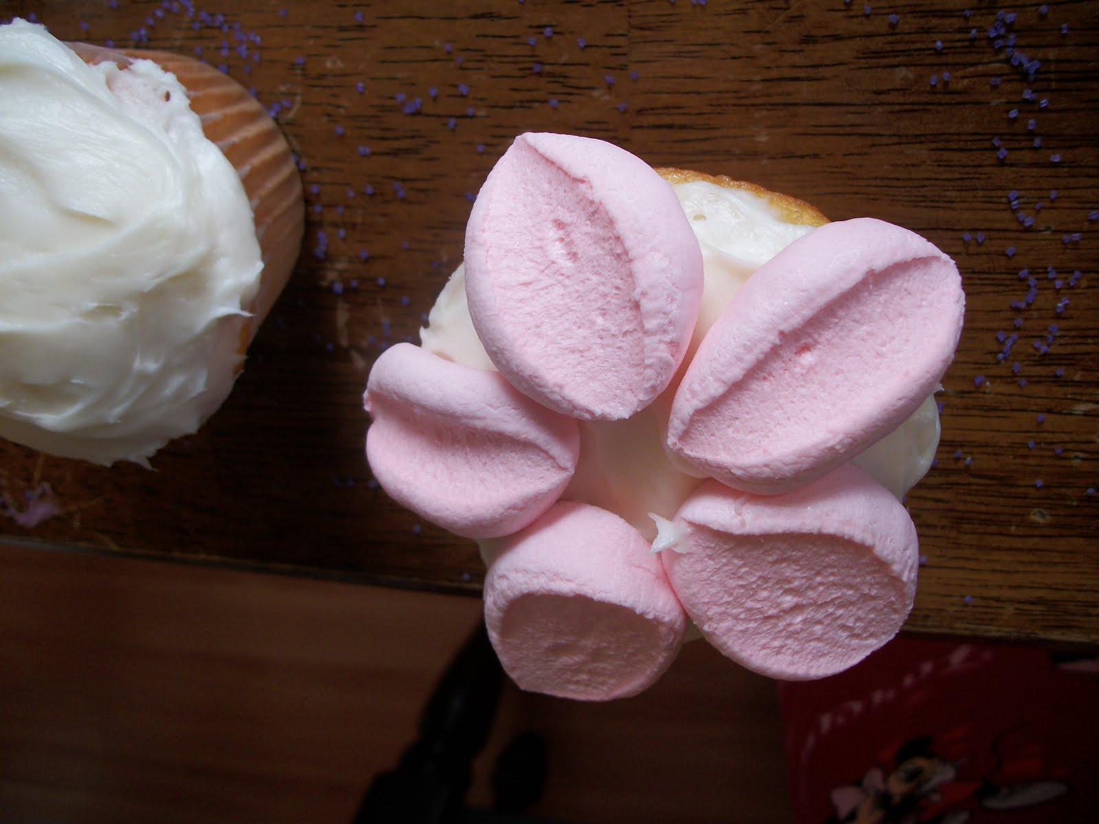 Beautiful flower cupcakes i took the marshmallow and cut it into four pieces to make the petals i put five on each cupcake izmirmasajfo