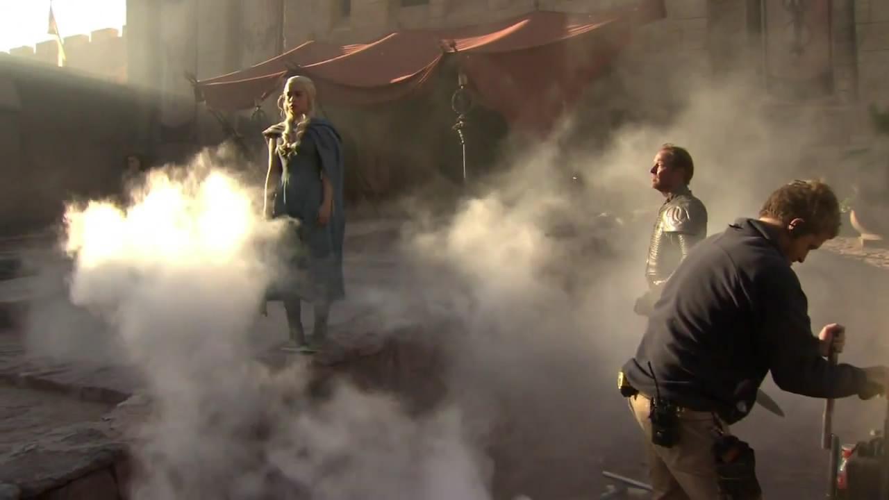 Emilia Clarke como Dany (Daenerys) y Iain Glen as Jorah Mormont en medio del rodaje