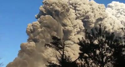 Le volcan shinmoedake entre en éruption au japon