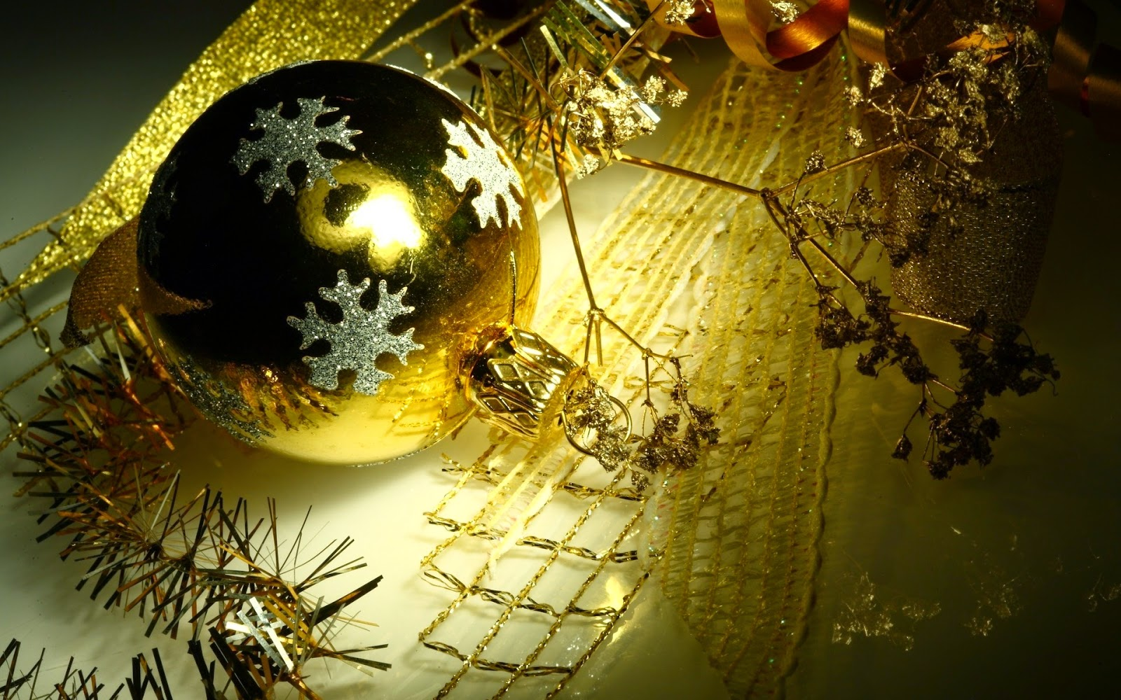 Golden-Christmas-baubles-balls-with-snow-flakes-decoration-HD-rich-looking-wallpaper-.jpg