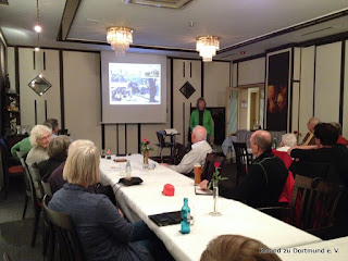 Mitglieder und Gäste lauschen gespannt dem Vortrag