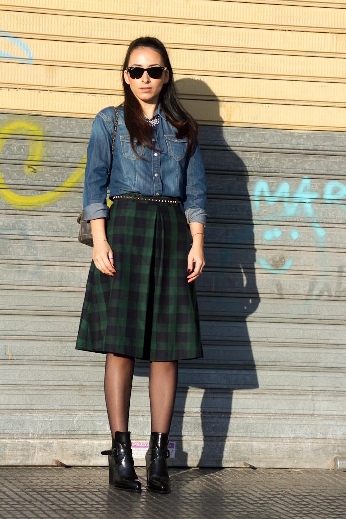 Outfit estilo rock con Bloguera de moda valenciana con camisa vaquera de Meltin' Pot, falda estampado cuadros midi y botines de hebillas