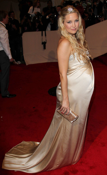 A pregnant Kate Hudson in a buttery yellow(champagne-coloured metallic) satin Stella McCartney strapless gown at the 2011 MET Gala.