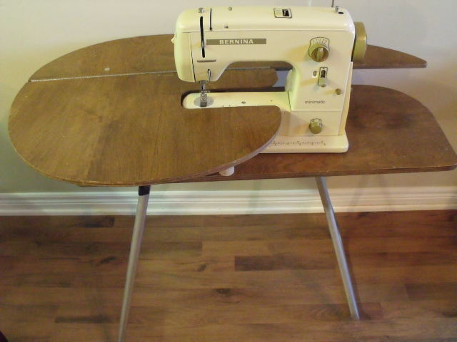 Treadle quilts cute little sewing table - Small sewing machine table ...