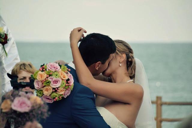 сватбена церемония на брега на морето