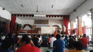 Yogin asal india memberikan materi tentang yoga