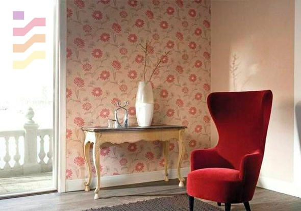 pokój wypoczynkowy z tapetą w kwiaty