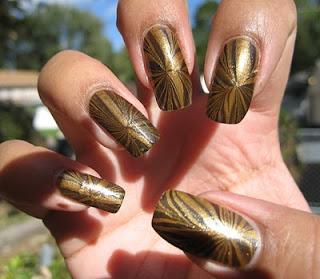 ukrasavanje noktiju - crno-zlatni water marble nokti 002