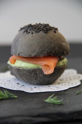 Mini hamburger noir au saumon fumé et à l'avocat