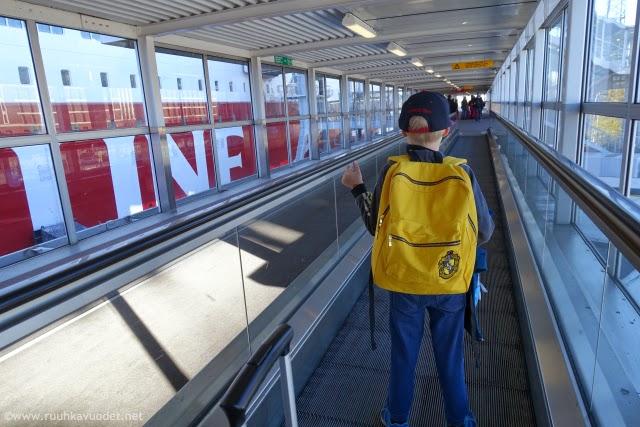 Pikkumies menossa Viking Mariella -laivaan