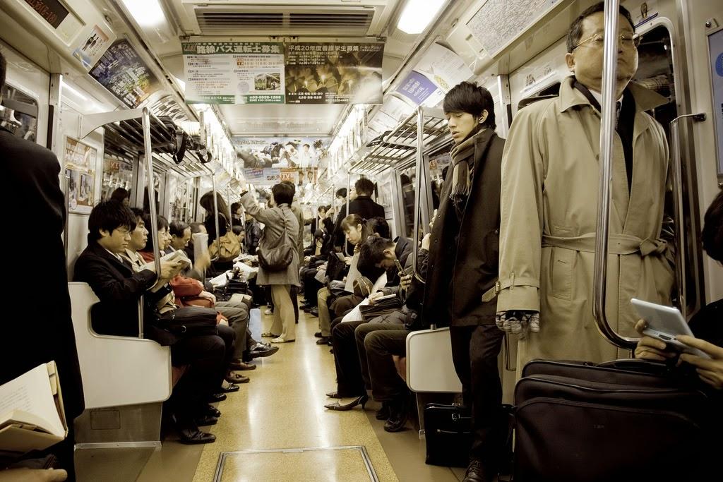 Japoneses dentro de un tren