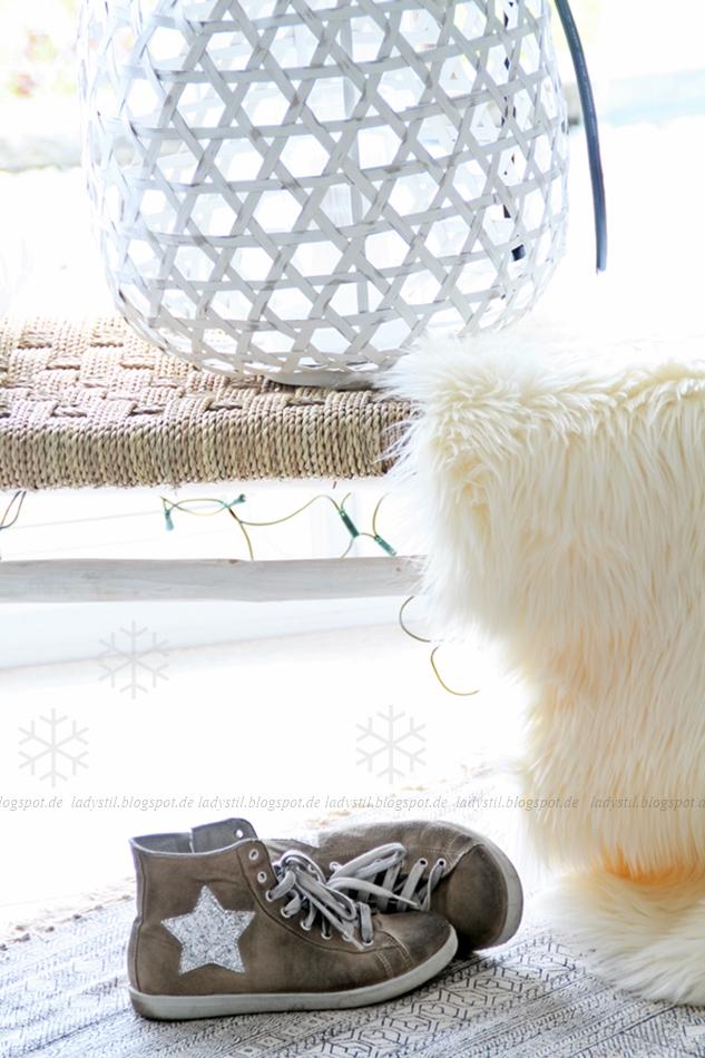 Sitzbank mit großem weißen Windlicht