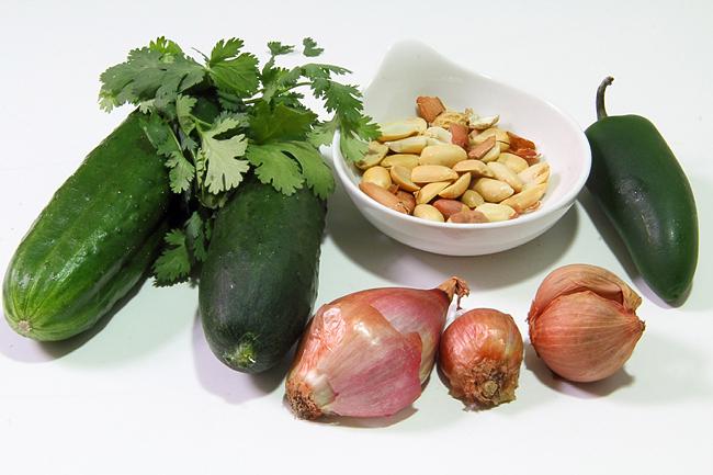 Острый тайский салат с огурцами и арахисом