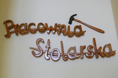 drewniany szyld, reklamowy szyld z drewna napisy, Toruń