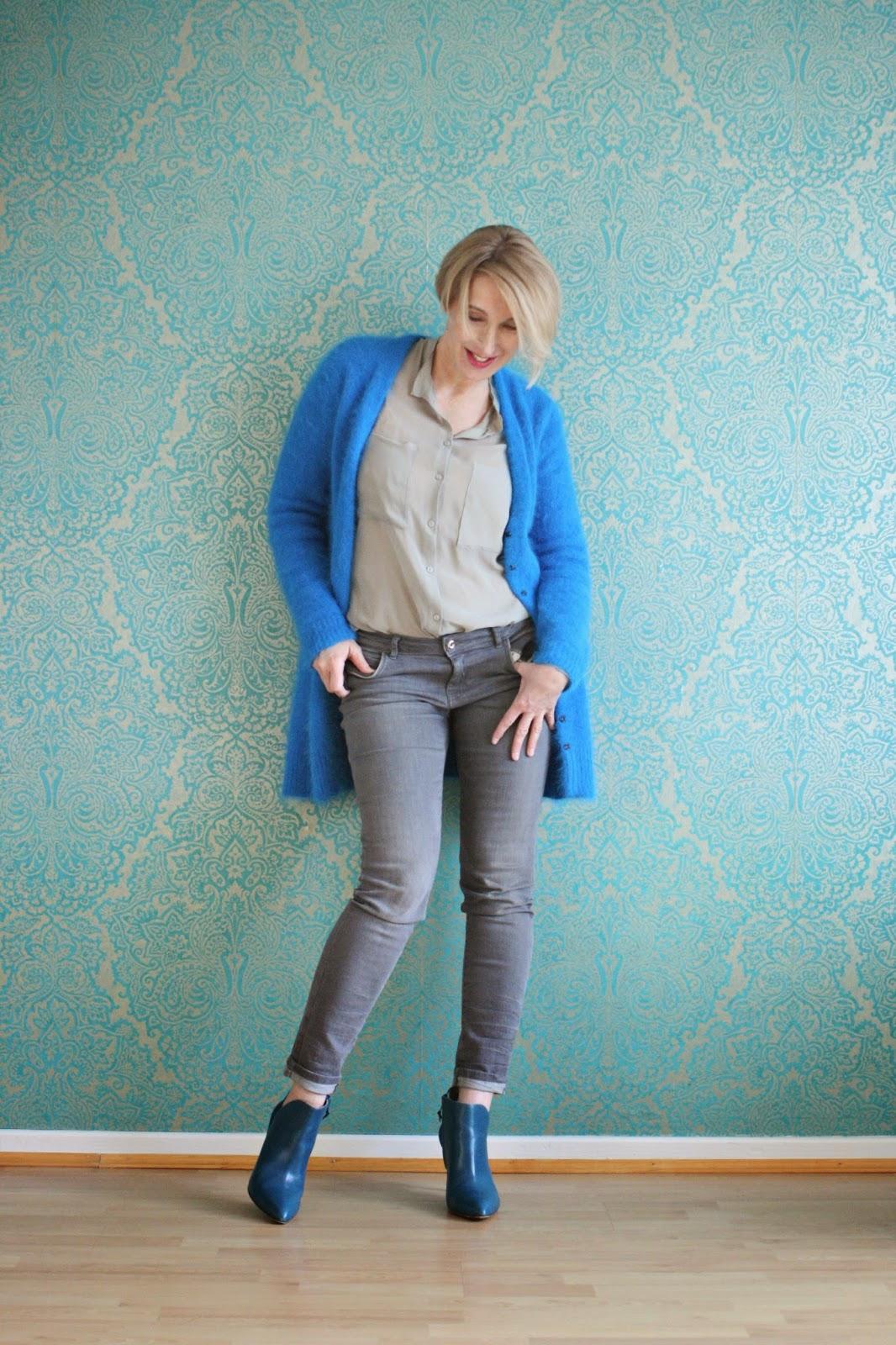 Blaue Strickjacke mit grau kombiniert