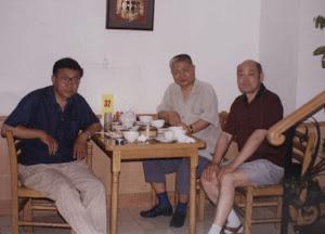 约1989-1990年,原《花城》主编李士非先生(中)与范军(左)和罗文在北京见面。2009年,在网上发现李士非先生去世,曾在老博克上发文痛悼。至今想起他的为人,都怀念不已!