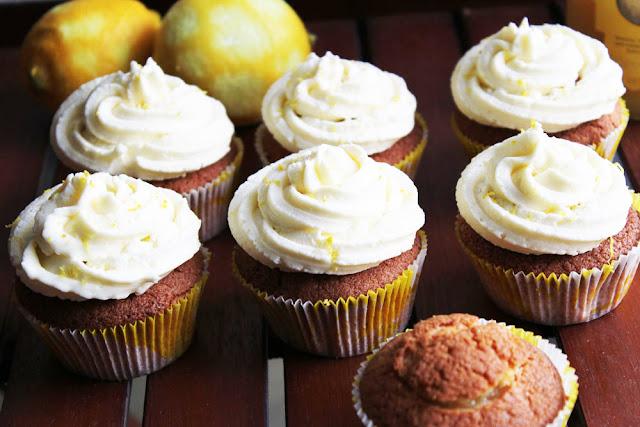 frisch gebackene Zitronen-Cupcakes mit Lemon Curd-Füllung und Creamcheese-Frosting