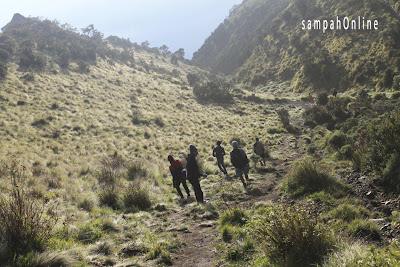 trek menuju puncak gunung  lawu