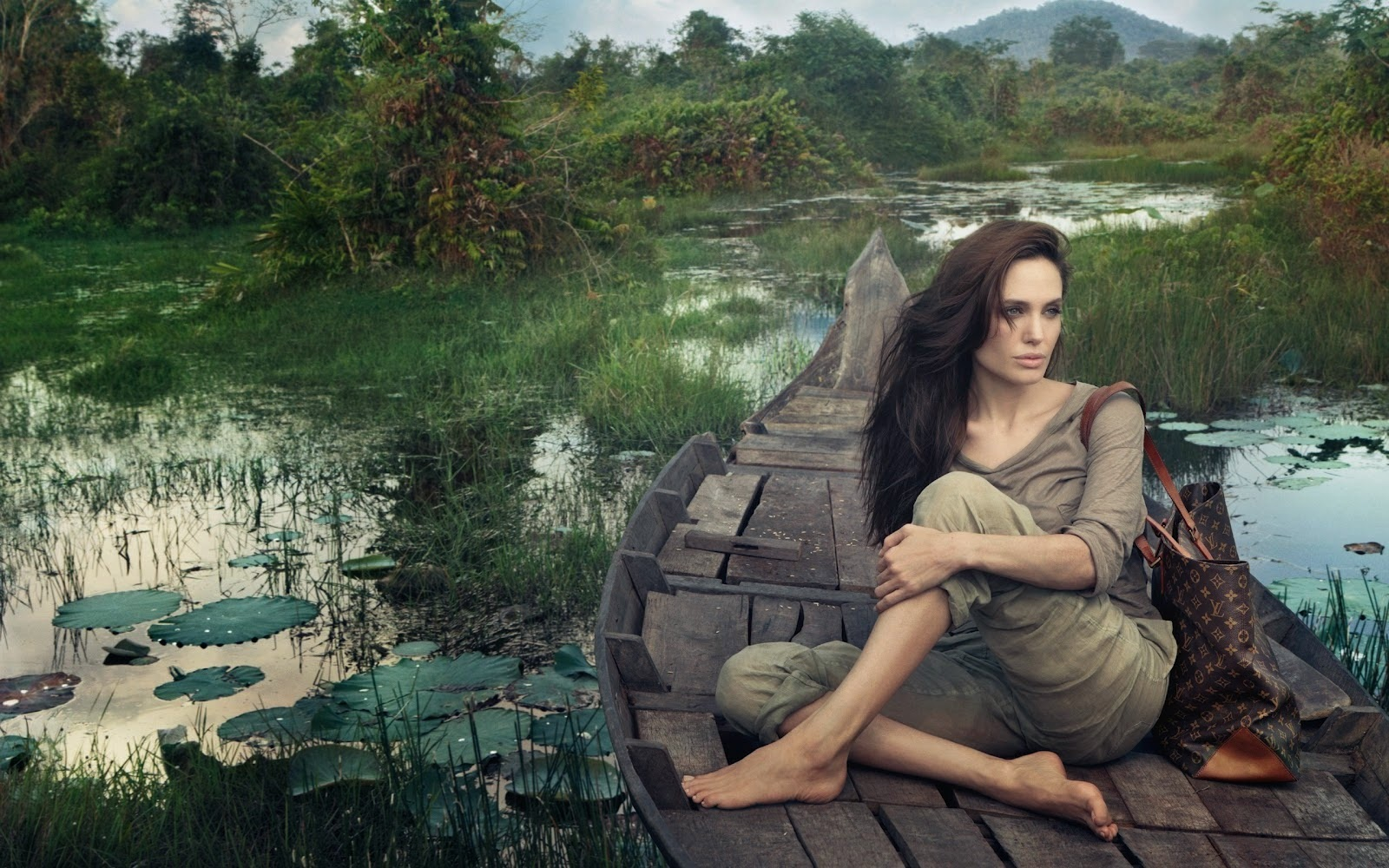 Hollywood Actress Angelina Jolie natural photos