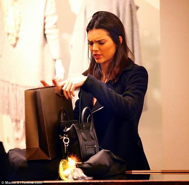 الجميلة كيندال جينر تتسوق مع أصدقائها بيفرلي هيلز