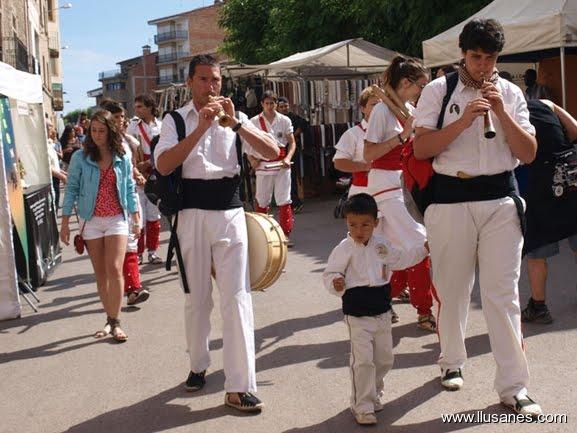 Grallers de Malla en cercavila pels carrers de Prats de Lluçanès.