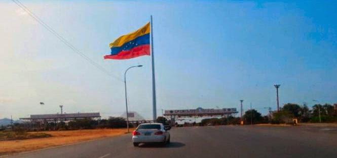 A bandeira da Venezuela, por sua vez, é vista em vários lugares e incorpora as modificações idealizadas pelo finado presidente Chaves.