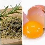 Menghitamkan rambut dengan telur dan rosemary