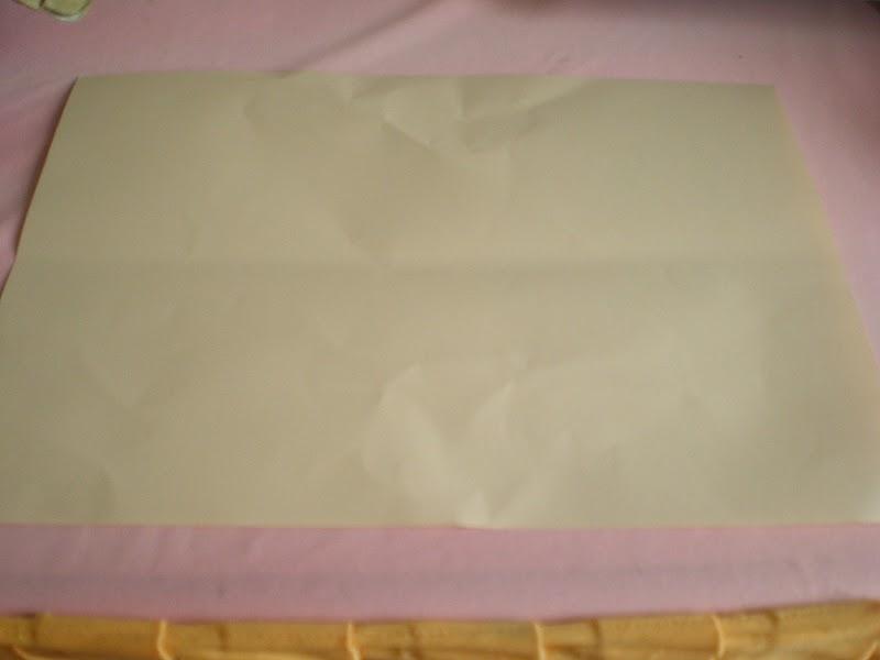 Kertas warna A4 dilipat dua secara memanjang.
