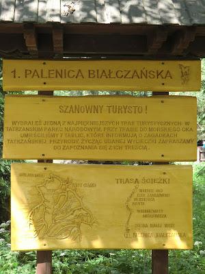 Letrero subiendo a Morskie Oko y Czarny Staw en Zakopane, Polonia