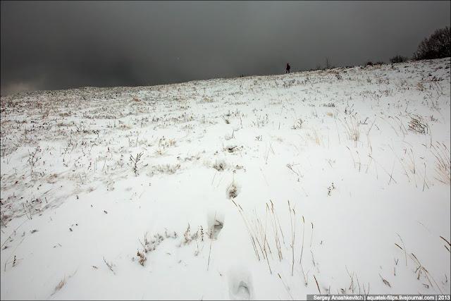 Вместо прояснившего неба, мы увидели его полностью почерневшим. Ветер принес очередную тяжелую снежную тучу, и снова началась адова метель