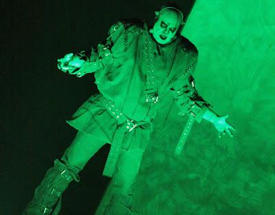 El ente, solo, desolado, repudiado por la humanidad y su creador, decide vengarse de Victor Frankenstein