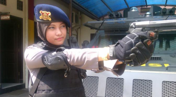Adri Chroin Ade Oktami Anggota Brimob Yang Cantik dan Berhijab