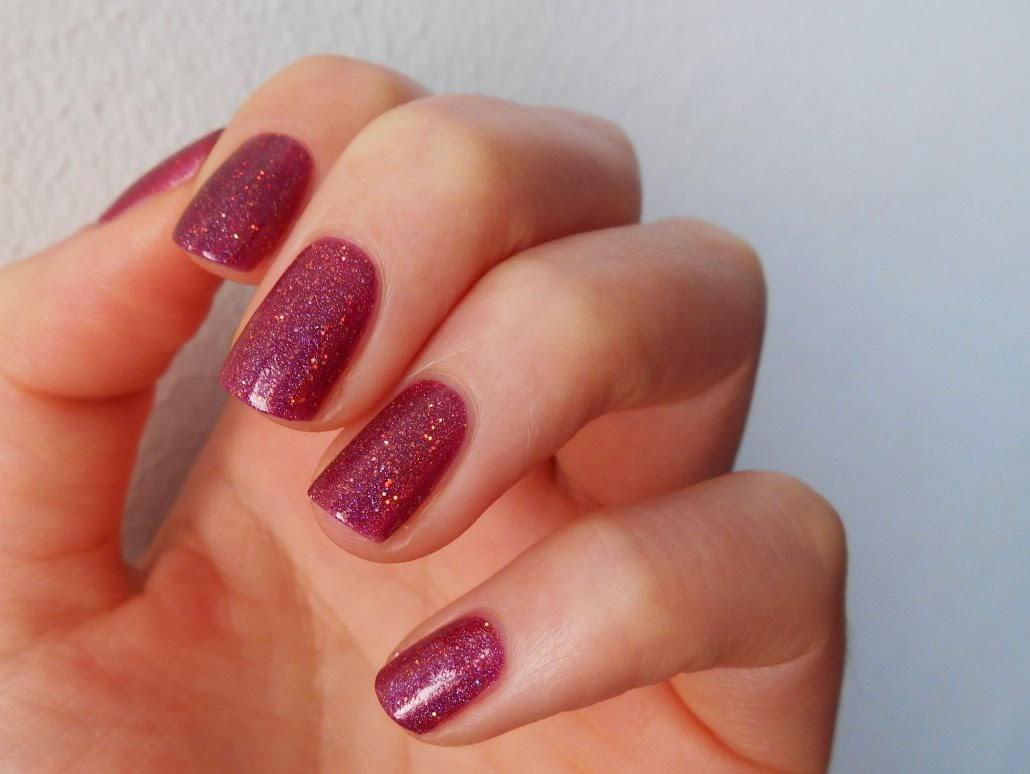 Je me suis contentée de peindre mes ongles avec le sublissime Poisoned  Apple de Starrily. Comme ce ci.