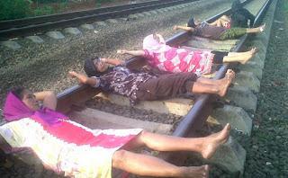 Tidur di Rel Kereta Api