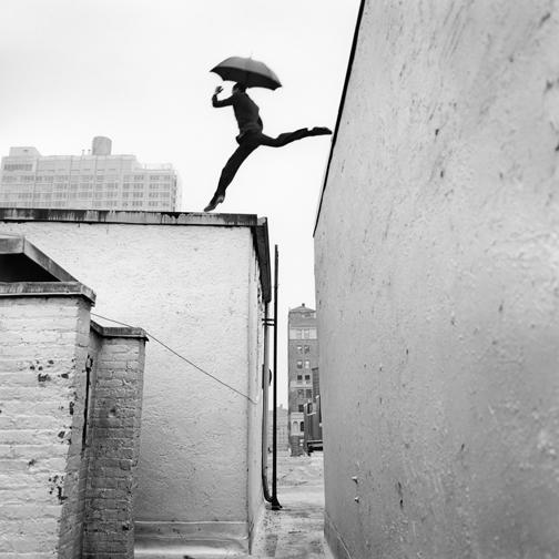 прыжоки по крышам с зонтиком