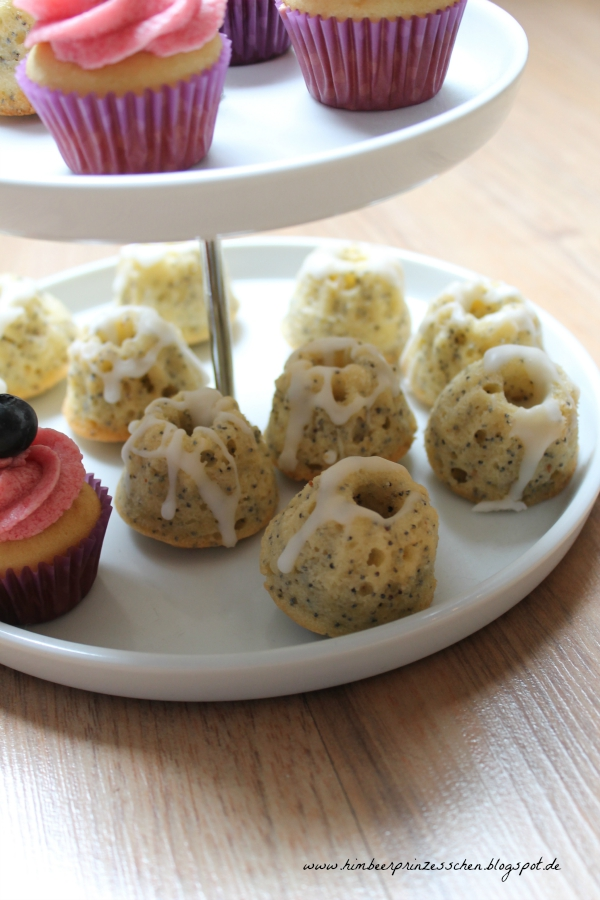 Zitronen Mohn Guglhupf Beeren Cupcakes Mini weiße Etagere Himbeerprinzesschen