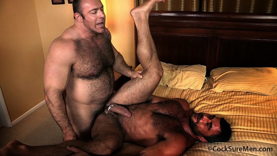 Kalvo de peito peludão fode fortão na cama e goza