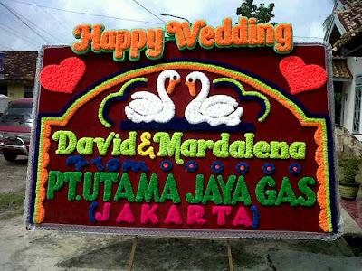 http://2.bp.blogspot.com/-rllKWRi7vhM/UZ8ZP6Y6LeI/AAAAAAAAEWo/ljcyJskepMY/s400/papan+bunga+happy+wedding+di+toko+bunga+palembang+florist.jpg
