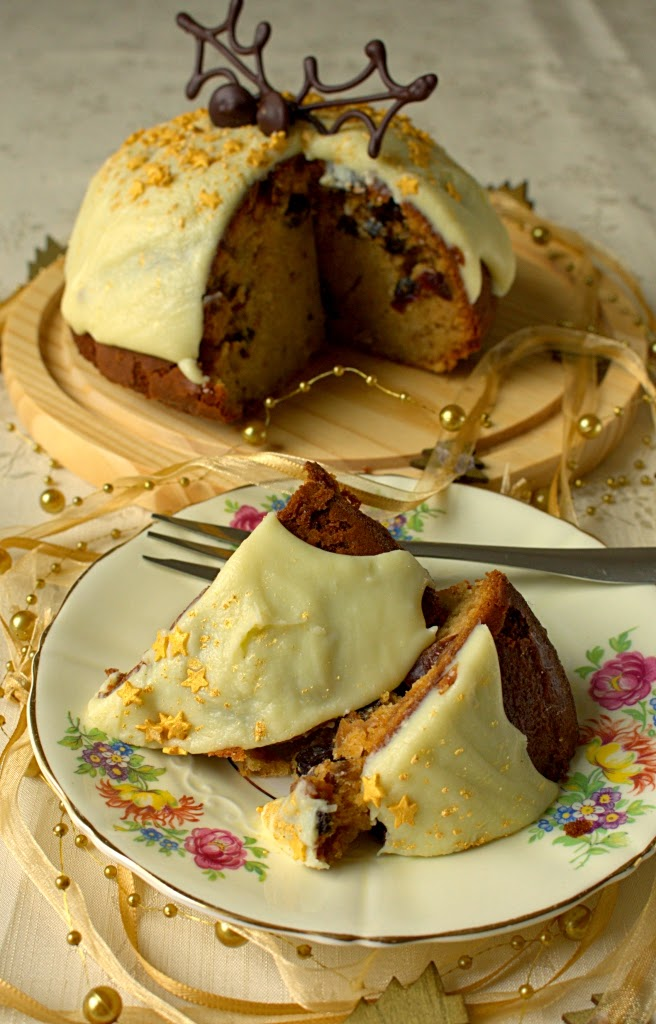 Mincemeat Christmas Pudding Cake - a fun combination of Christmas pudding and Madeira cake. So very easy.
