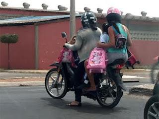 Imagem mostra quatro pessoas em motocicleta em Mossoró