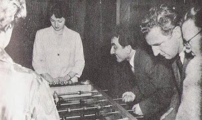 El ajedrecista Petrosian jugando al futbolín