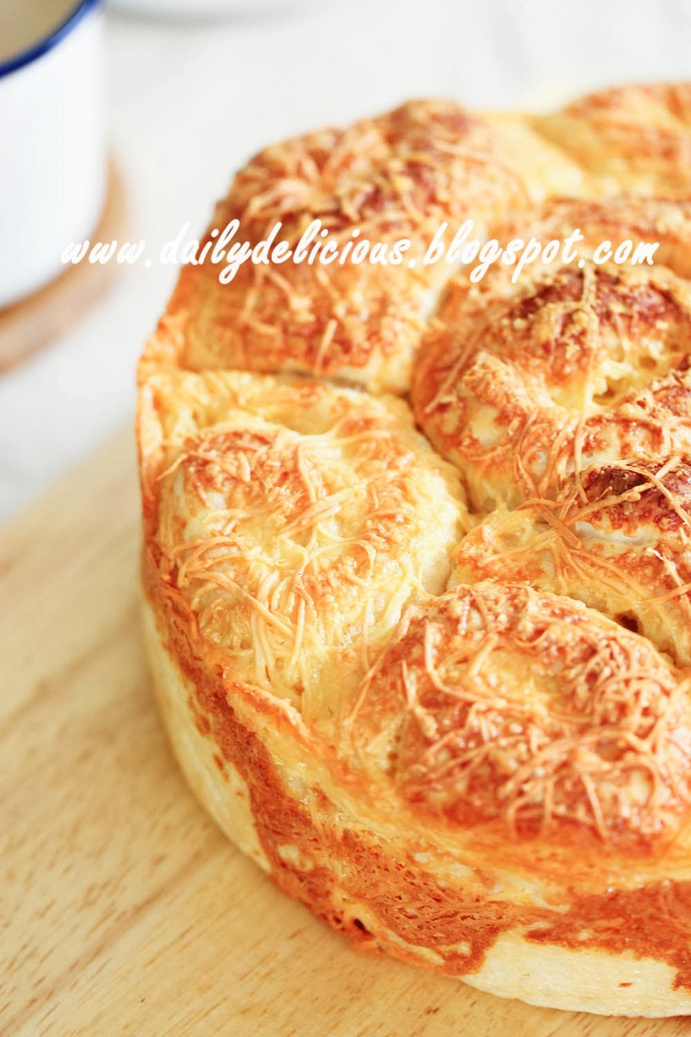 dailydelicious: Cheesy bread: Lovely golden bread