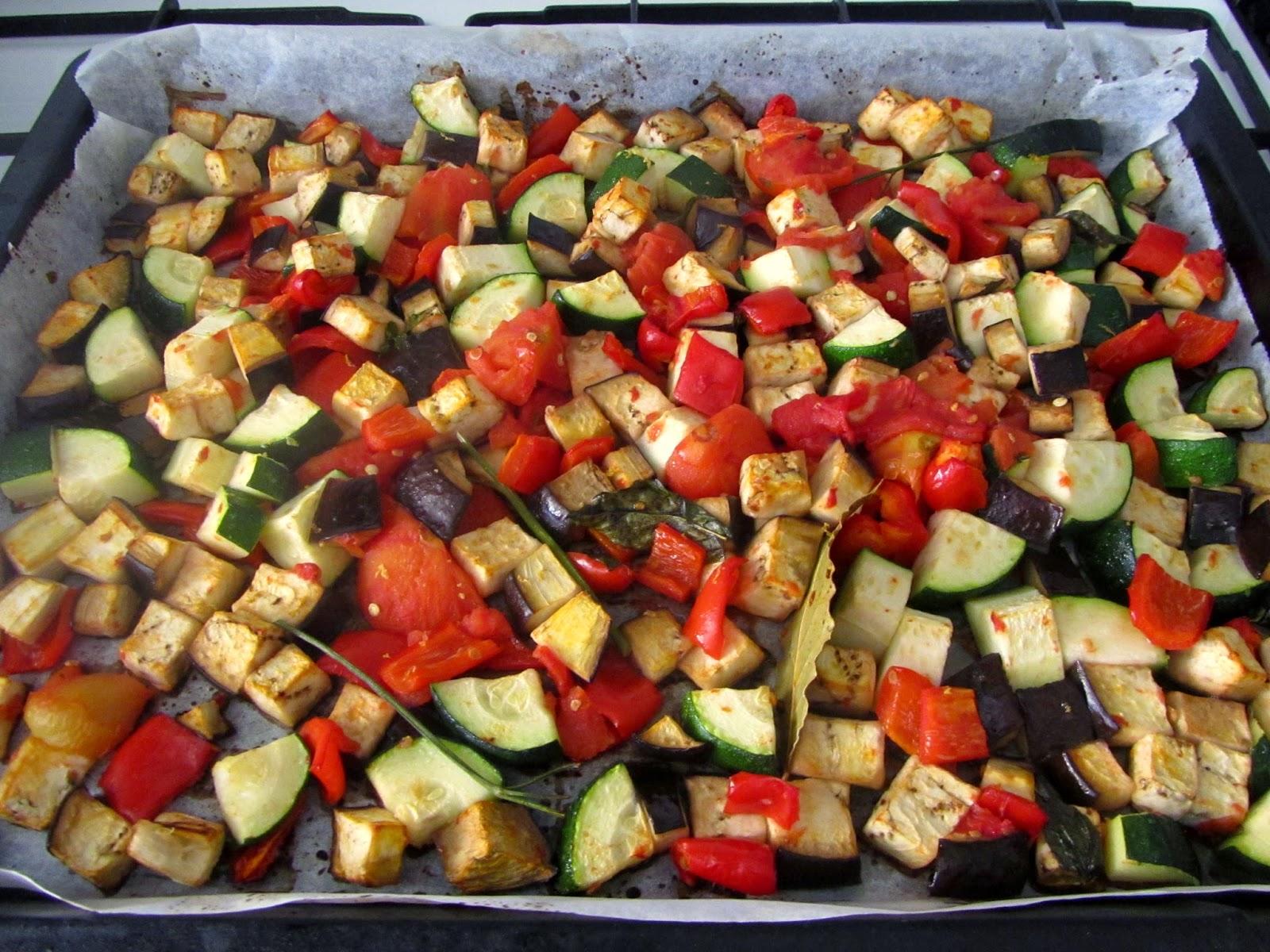 Cocina con luz verde pasta con verduras asadas y salsa de - Salsa para verduras al horno ...