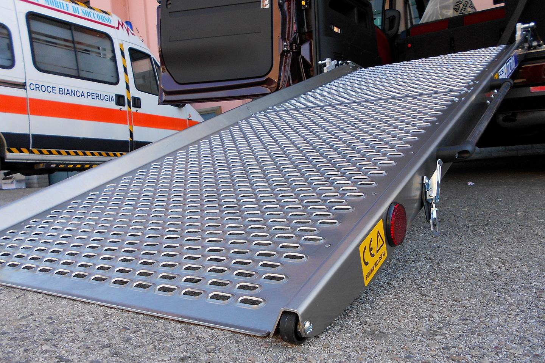 modifiche e allestimenti per la guida e il trasporto dei disabili rampa per il trasporto dei. Black Bedroom Furniture Sets. Home Design Ideas